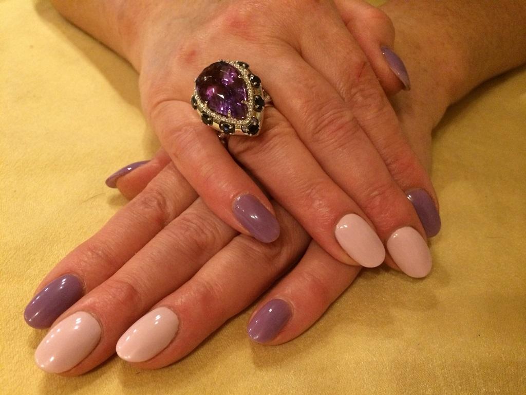 Женское кольцо с камнями из белого золота на заказ