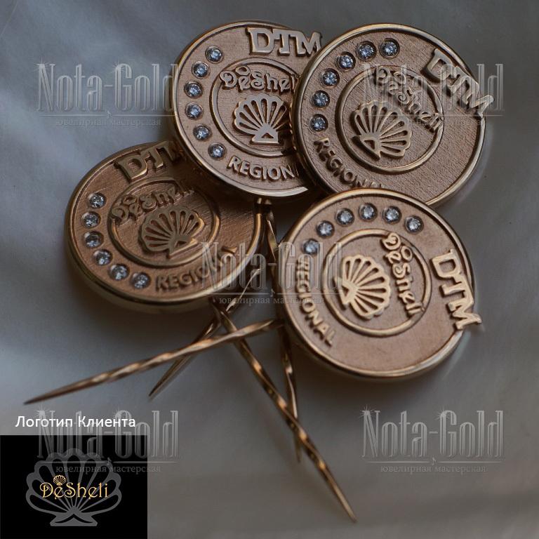Золотые значки с драгоценными камнями